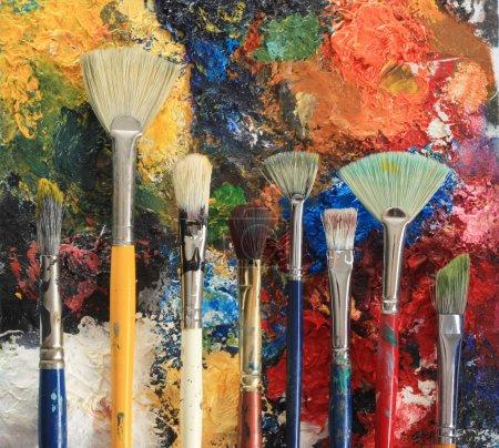 Photo pour Pinceaux d'artiste sur un fond de peinture à l'huile . - image libre de droit