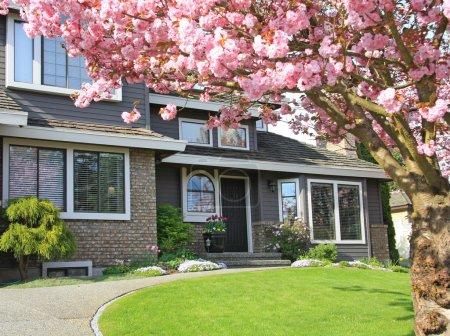 Foto de Hermosa casa en primavera. - Imagen libre de derechos