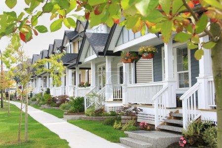 Photo pour Quartier convivial avec porches et trottoir . - image libre de droit