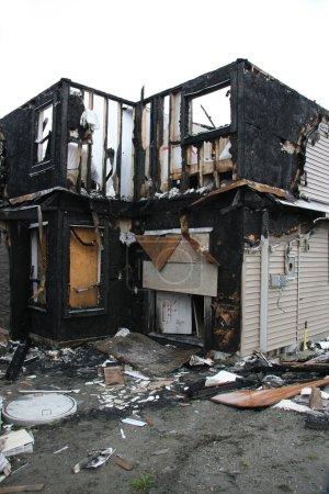 Photo pour Nouvelle maison détruite par le feu. Egalement disponible en horizontal . - image libre de droit