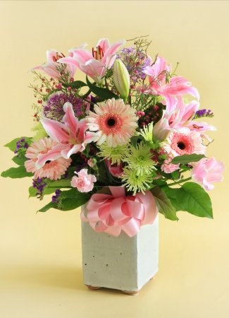 Photo pour Arrangement de fleurs en rose . - image libre de droit