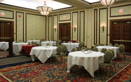 Foto de Sala de conferencias del hotel todo preparado y listo con papel y bolígrafos y agua en cada mesa . - Imagen libre de derechos