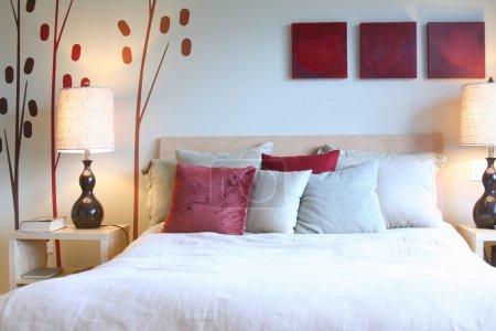 Foto de Hermoso dormitorio contemporáneo - Imagen libre de derechos
