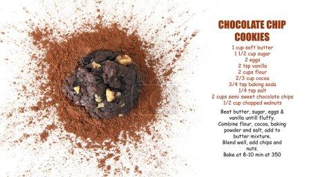 Photo pour Cookie aux pépites de chocolat sur poudre de cacao . - image libre de droit