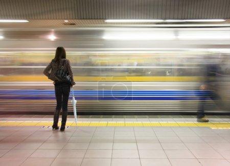 Photo pour Femme seule, je regarde la vitesse du métro de. - image libre de droit