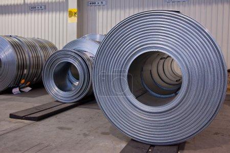 Photo pour Bobines d'acier stripes en magasin - image libre de droit