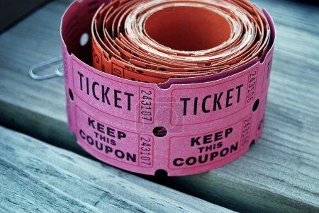 Photo pour Rouleau de billets de tombola sur bois . - image libre de droit