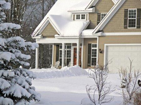 Photo pour Nouvelle maison en hiver . - image libre de droit