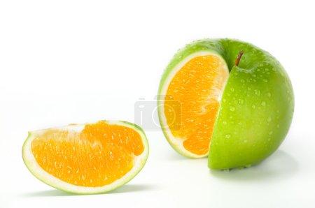 Photo pour Image gros plan de pomme verte fraîche combiné avec orange. - image libre de droit