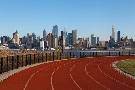 Photo pour Image de la piste de course avec des gratte-ciel de manhattan dans le fond. - image libre de droit