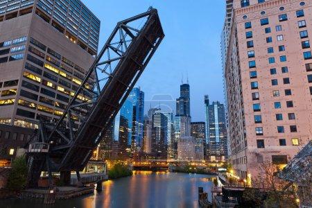 Photo pour Image de la région du centre de chicago et un vieux pont-levis au crépuscule. - image libre de droit