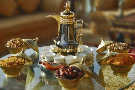 Photo pour Théière arabe aux dattes séchées, mangue séchée, noix et bonbons - image libre de droit