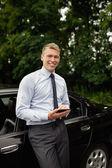 Muž s ebook čtenář s jeho autem