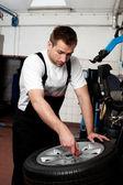 Mechanik oprava pneumatik v autoservis