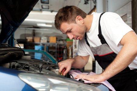 Auto mechanic fixes a car