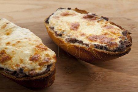 Photo pour Rouleau de fromage cuit au four - image libre de droit