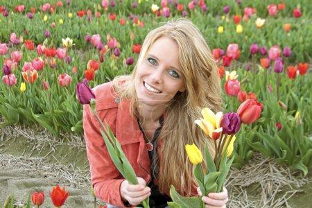 Photo pour Néerlandais entre les champs de fleurs aux Pays-Bas - image libre de droit
