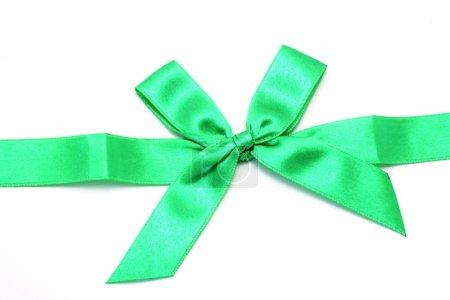 Photo pour Ruban vert avec noeud isolé sur blanc - image libre de droit
