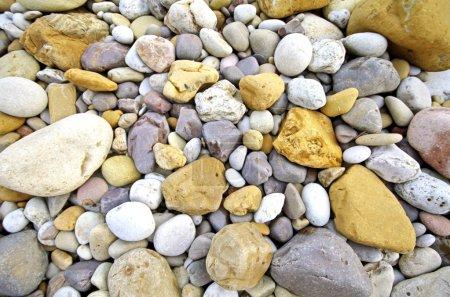 Photo pour Texture de fond des petites pierres de plage littoral de la mer - image libre de droit