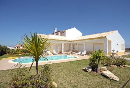 Photo pour Belle maison de campagne avec piscine au Portugal - image libre de droit