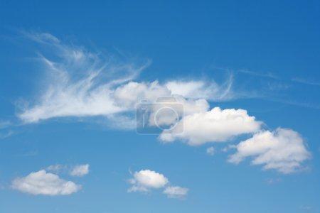 Foto de Cielo hermoso verano azul con nubes blancas mullidas - Imagen libre de derechos