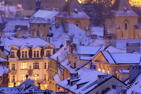 Photo pour Prague - vue d'hiver sur les toits des petites villes recouverts de neige - image libre de droit