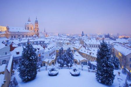 Photo pour Prague - église st. nicolas et toits de mala strana en hiver - image libre de droit