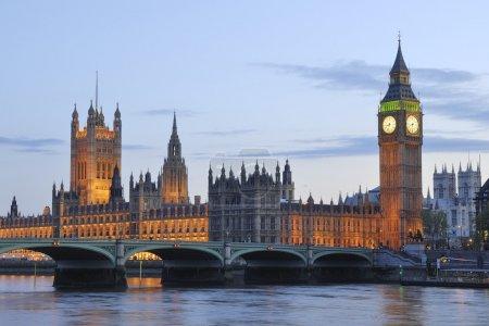 Photo pour Les chambres du Parlement et de big ben à la nuit - image libre de droit