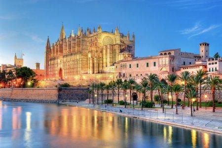 Photo pour Cathédrale de palma de Majorque reflétant sur l'eau au soir - image libre de droit
