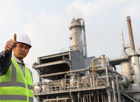 Photo pour Ingénieur de raffinerie de pétrole avec le pouce en l'air geste - image libre de droit