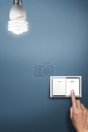 Photo pour Mains appuyées à pour allumer la lumière. - image libre de droit