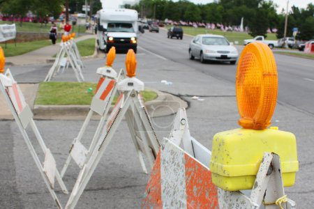 Foto de Grandes luces intermitentes naranjas marca la construcción de carreteras - Imagen libre de derechos