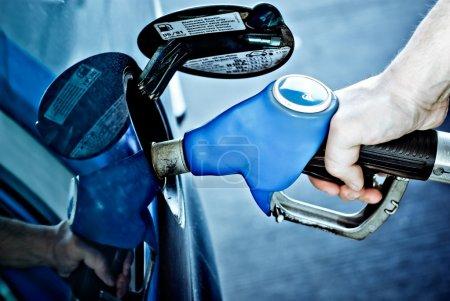 Photo pour Gros plan de la buse de pompe à essence portative ravitaillant une voiture - image libre de droit