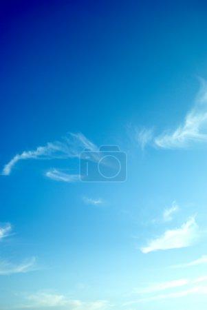 Photo pour Ciel bleu parfait fond avec des nuages tordus - image libre de droit