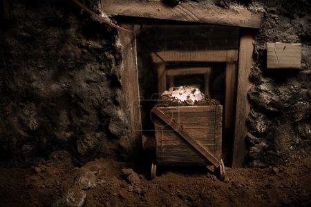 wewnatrz-starej-kopalni-z-gornictwa-koszyk-pelen-kamieni-genialny