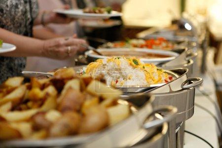 Photo pour Restauration alimentaire lors d'une fête - image libre de droit