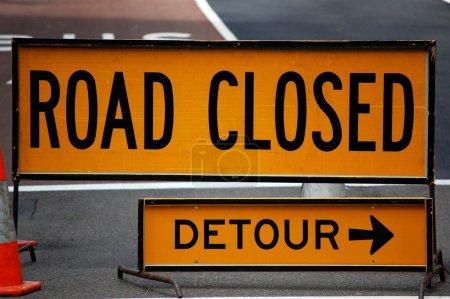 Foto de Una señal indica que el camino está cerrado y hay que tomar otra ruta. - Imagen libre de derechos