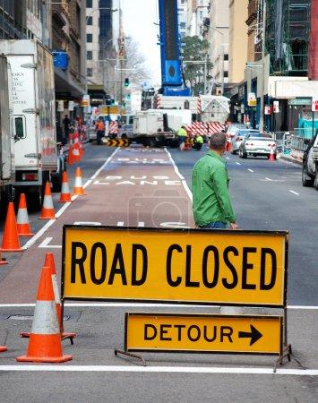 Foto de Un cartel indica que un desvío es necesario, como trabajos de construcción se está realizando más adelante. - Imagen libre de derechos