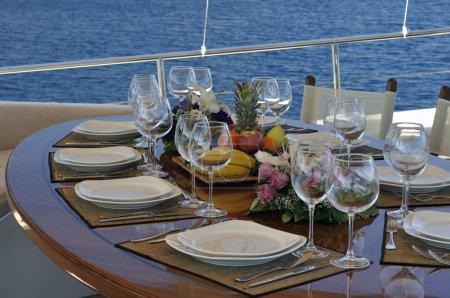 Photo pour Table de dîner sur le pont du voilier de luxe - image libre de droit