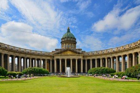 Photo pour Vue de la cathédrale de Kazan depuis Nevsky Prospekt - image libre de droit