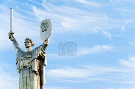 Heimatdenkmal vor wolkenlosem blauen Himmel