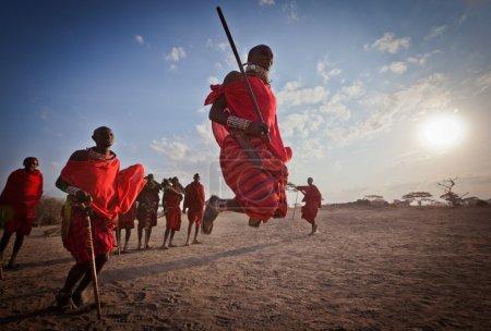 Photo pour Guerriers masai (morans) marche, kenya - image libre de droit