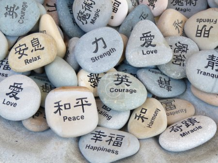 Photo pour Mots inspirants pierres écrites en anglais et en chinois - image libre de droit