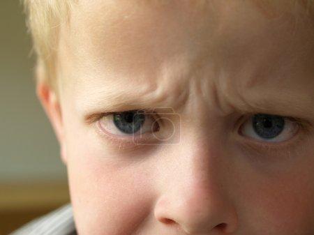 Photo pour Garçon de 6 ans en colère frustré par ses parents - image libre de droit