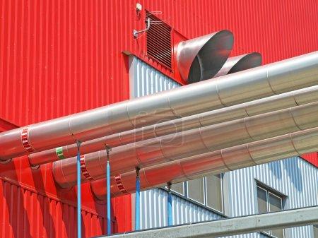 Photo pour Tuyaux industriels à l'extérieur d'une usine de centrales électriques - image libre de droit
