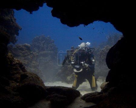 Photo pour Plongée explorer le monde sous-marin - image libre de droit
