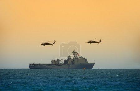 Photo pour Cuirassé naval avec hélicoptères en vol stationnaire - image libre de droit