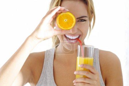 Photo pour Jeune femme avec jus d'orange - image libre de droit