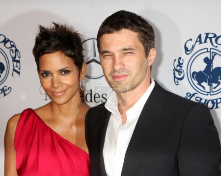 Photo pour Los angeles - 23 oct: halle berry olivier martinez arrive au Carrousel de hope ball, au beverly 2010 Hôtel hilton sur 23 octobre 2010 à beverly hills, ca - image libre de droit