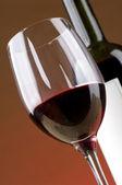 Láhve a sklenice červeného vína